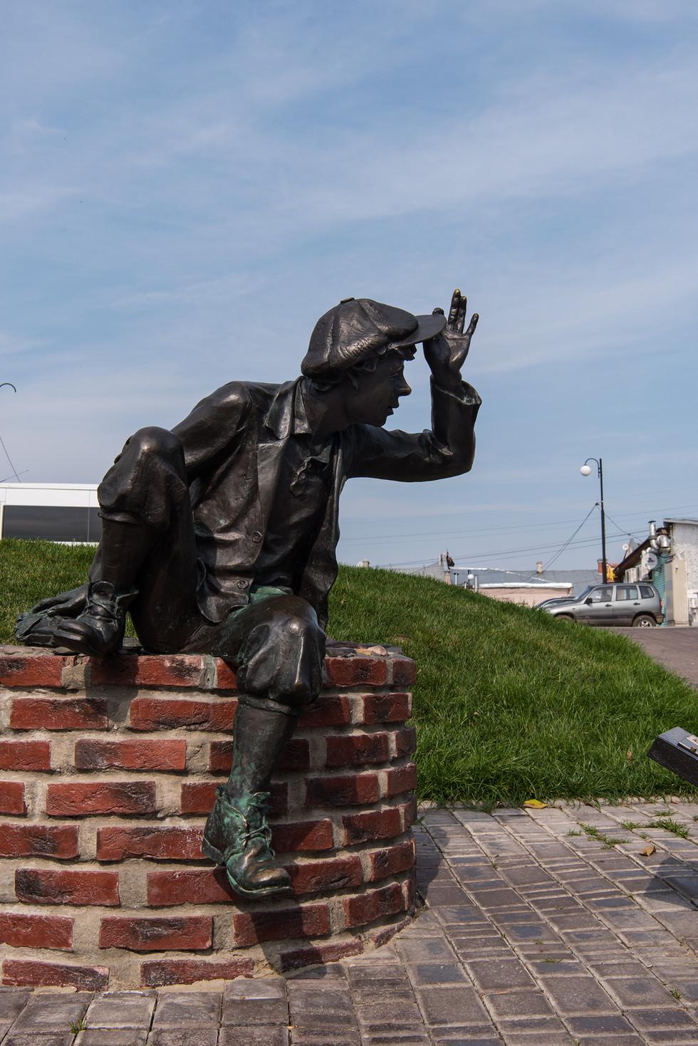 Уличные скульптуры филера и шалопая воспроизводят один из эпизодов жизни старого Владимира