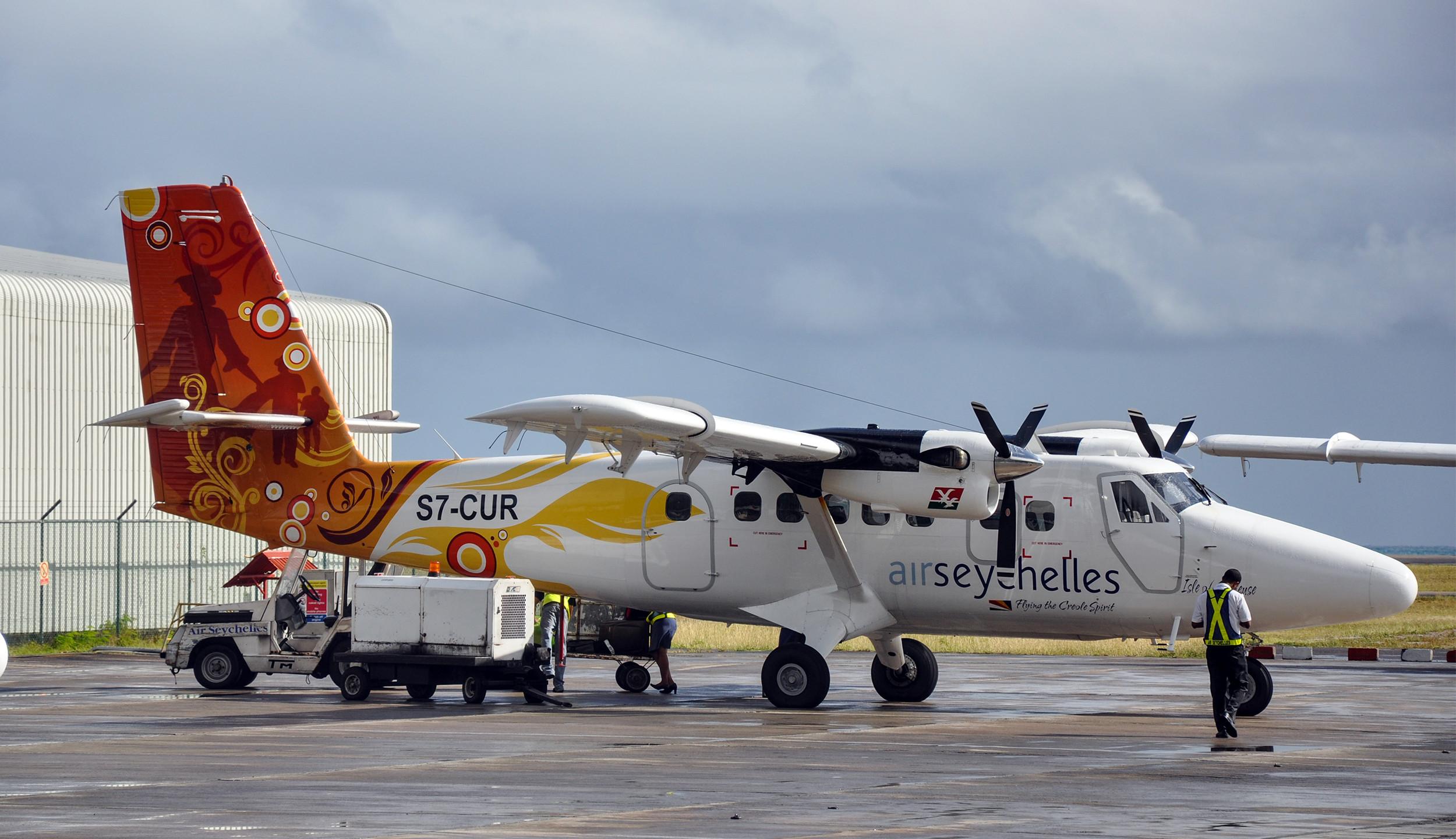 От главного острова Маэ до Праслина летают небольшие, но очень красочные самолеты.