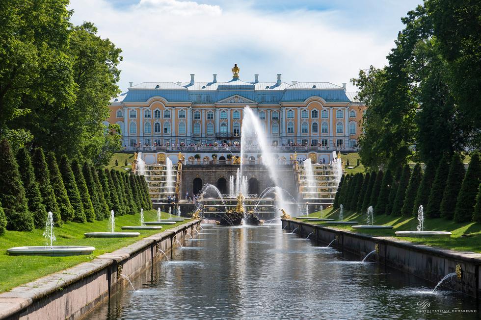 Вид на Большой Петергофский дворец и Большой каскад в створе Морского канала