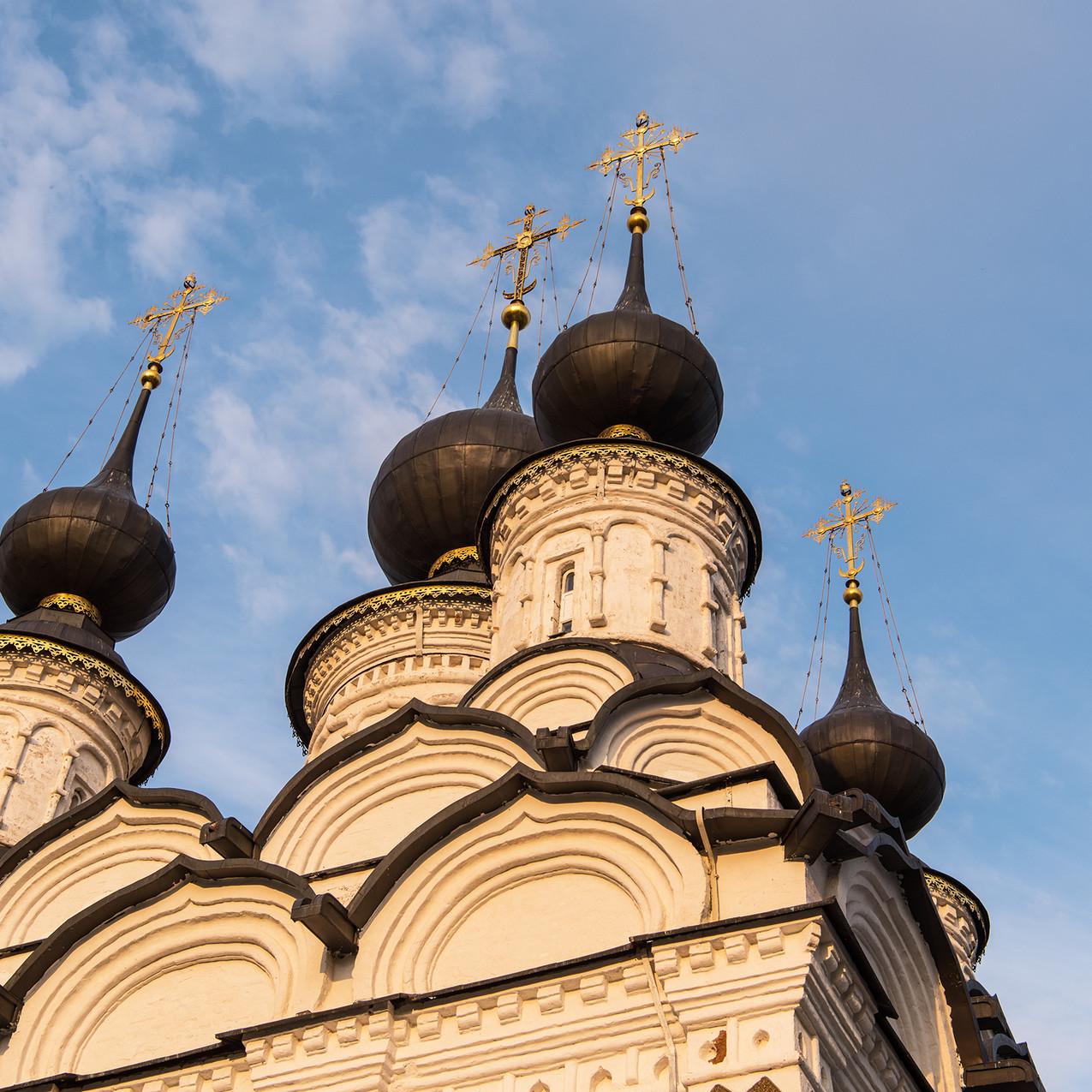 Пять куполов Лазаревского храма с золочёными крестами — одни из самых красивых в Суздале.
