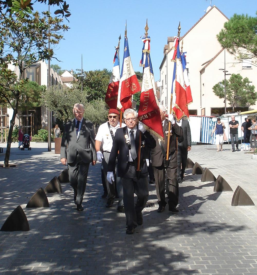 Le cortège a quitté la place de l'Hôtel de Ville à 11 heures pour se rendre devant la stèle du Général Leclerc.