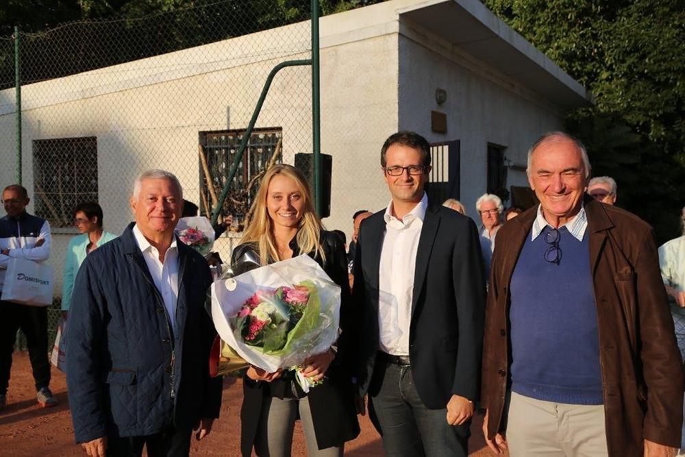 De  gauche à droite : Richard Dell'Agnola, Maire de Thiais ; Kelia Le Bihan, qui a remporté la Finale Dames ; Nicolas Tryzna, Conseiller départemental du Canton de Thiais et Michel Parent, Président du TCBE.