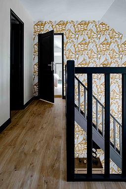 cage escalier plancher bois escalier noir murs blancs avec papier peint moutarde agence dekode deco interieur nantes
