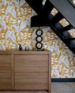 meuvle sous escalier repeint noit sans contremarches papier peint moutarde et blanc motif vegetal agence dekode deco interieur nantes
