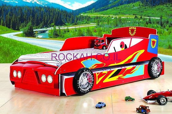 מיטת מכונית אדומה נפתחת למיטה נוספת עם פנסים נדלקים בחזית