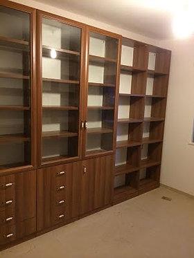 ארון ספרים עם דלתות זכוכית לפי הזמנה