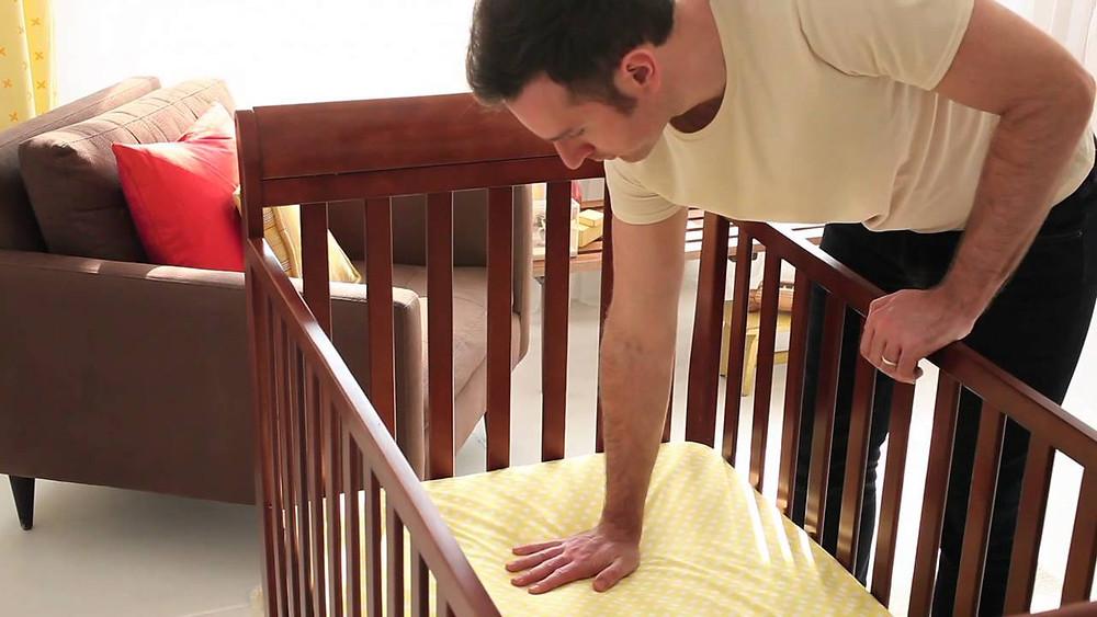 Revisa el colchón de la cuna de tu bebé