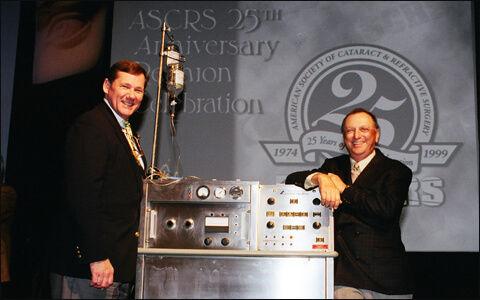 צ'ארלס ד. קלמן (מימין), לצד מכונת הפאקואמולסיפיקציה הראשונה מ-1967