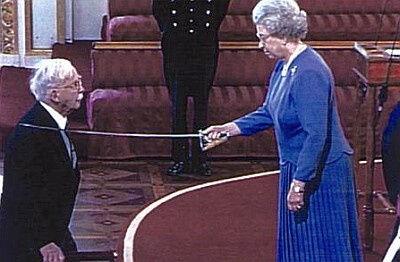 סר ניקולס הרולד רידלי מקבל תואר אביר בארמון בקינגהם