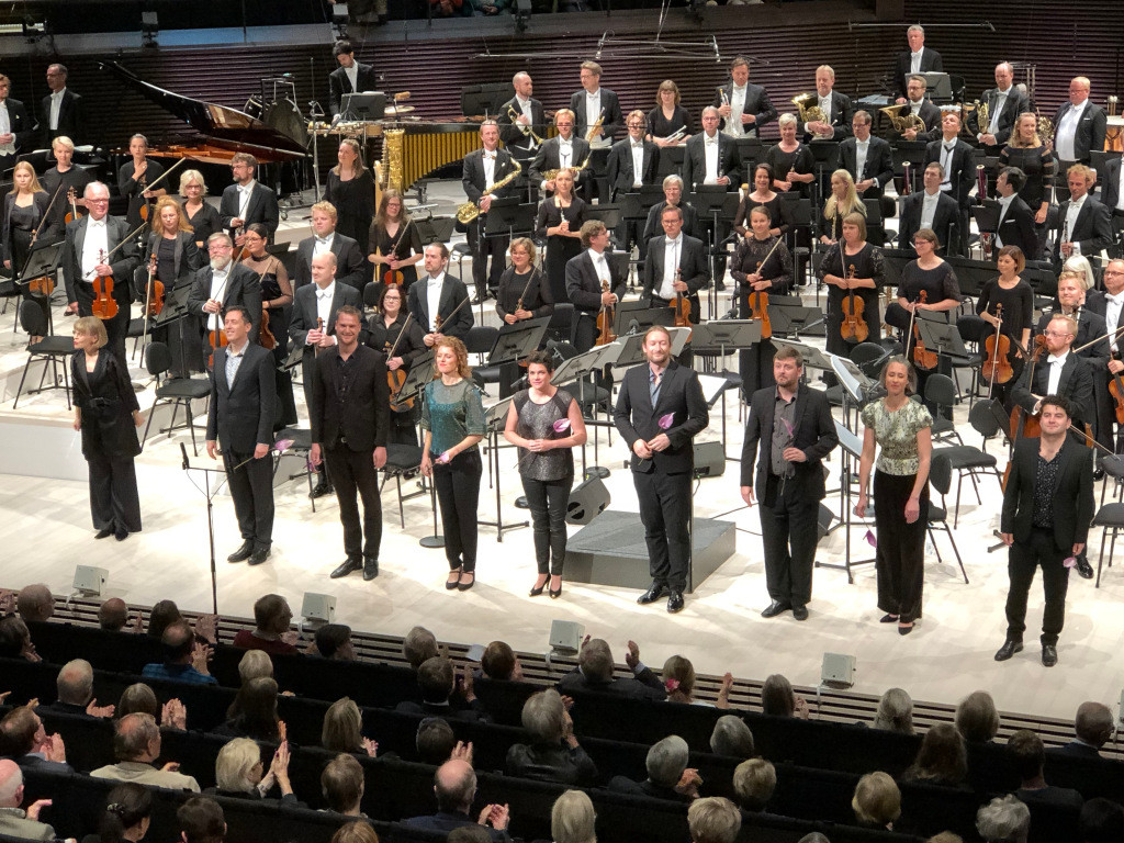 Tenor David de Winter with EXAUDI and the Helsinki Philharmonic Orchestra conducted by Susanna Mälkki, performing Berio's Sinfonia