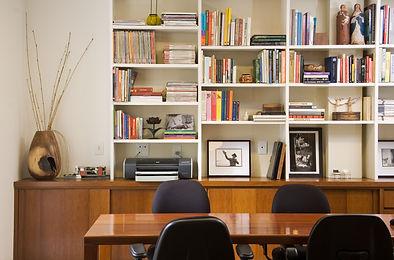 Imagem da mesa de trabalho das arquitetas Camila Simbalista e Paula Wetzel no Studio 021 Arquitetura