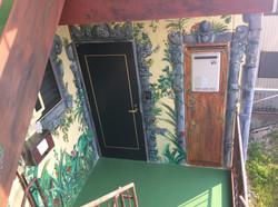 ドア周りはバリ風