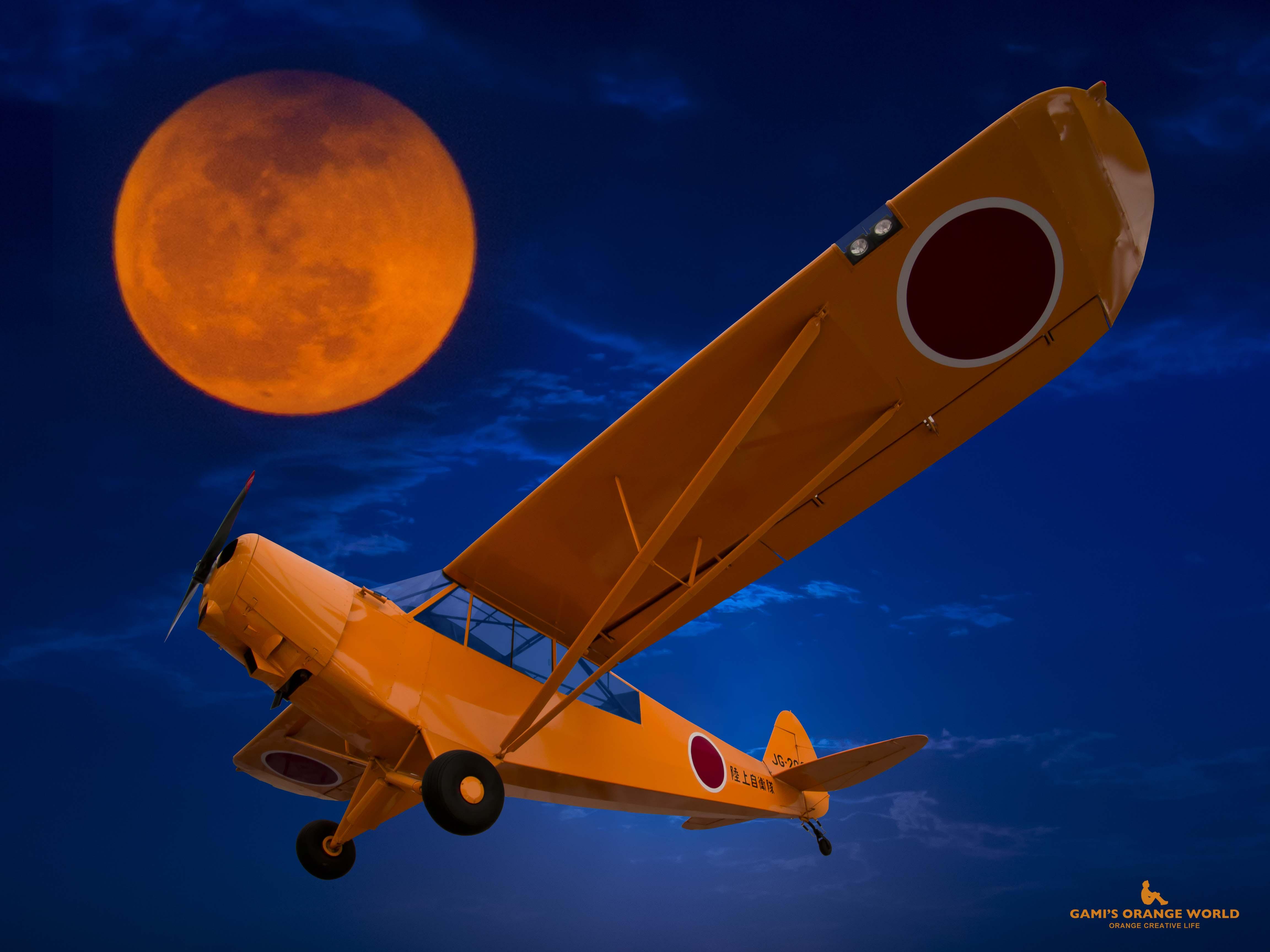 オレンジの月と日の丸飛行機