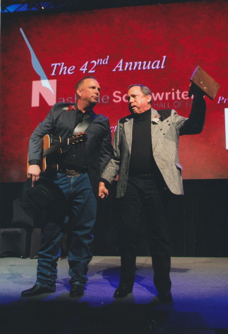 Garth Brooks and Kim Williams at Nashville Songwriter Hall of Fame induction