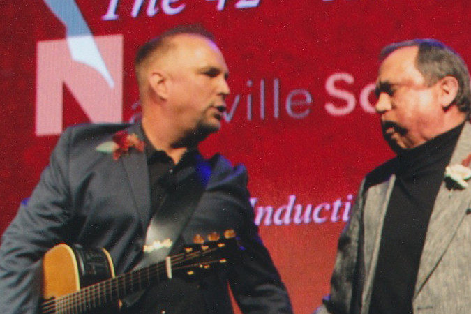 Garth inducting Kim Williams in to Songwriter Hall of Fame
