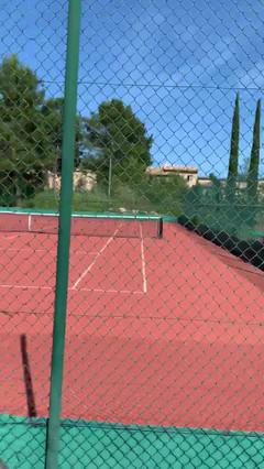 Cours de tennis du GOLF de St Tropez.