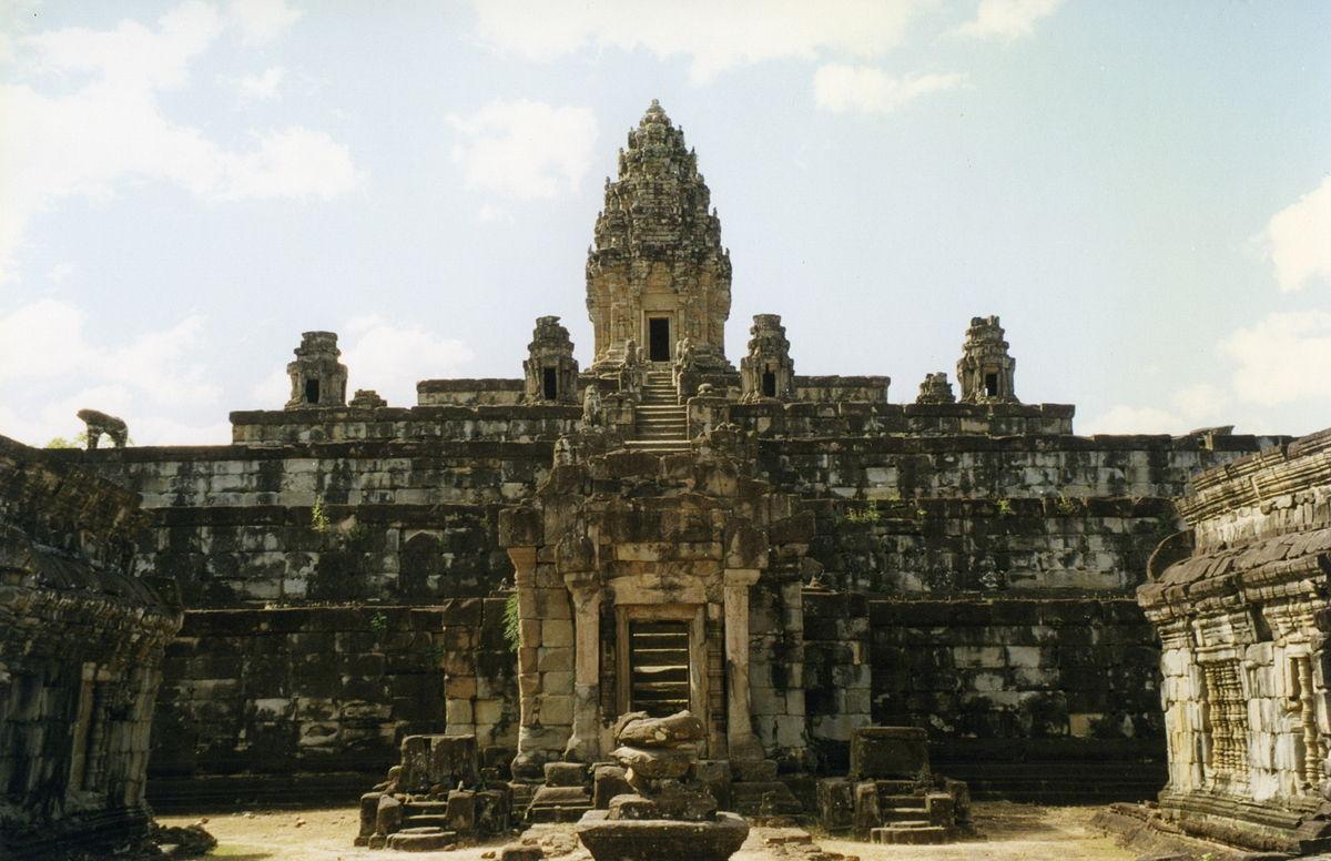 1200px-Angkor,_Roluos_Group,_Bakong_(619