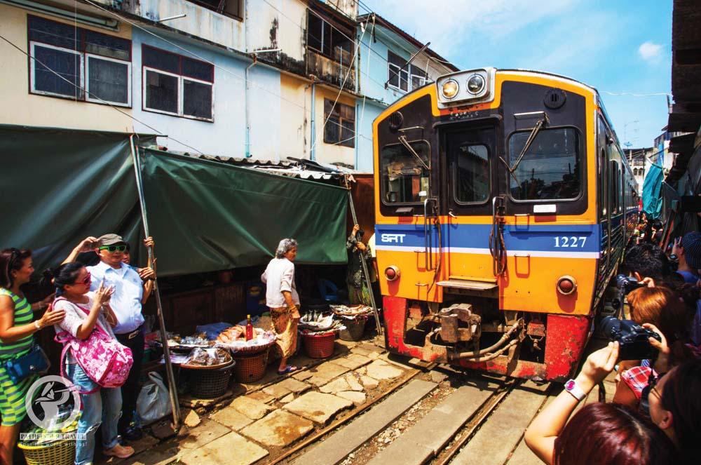 AK_ATOUR_Maeklong-Railway-Market2