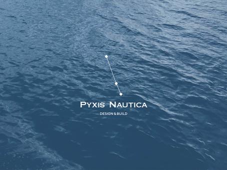 Három csillag, de egy irányba mutat – mit jelent a Pyxis Nautica, és miről árulkodik a logója?
