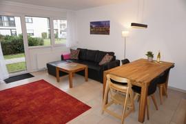 Wohnzimmer mit Blick in privaten Innenhof