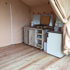Verrijdbare keuken en koelkast safariten