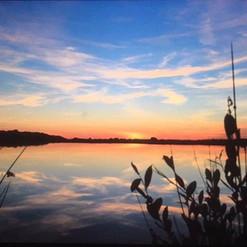Prachtige zonsondergang bij het meertje