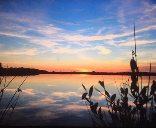 Schöner Sonnenuntergang am See