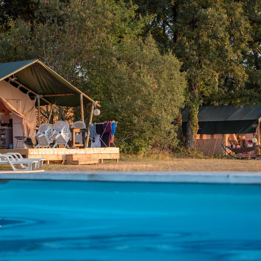 Vanuit het zwembad uitzicht over de vallei en zicht op de safaritenten