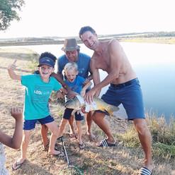 Orgulloso del pescado capturado - Les Cabanes de R