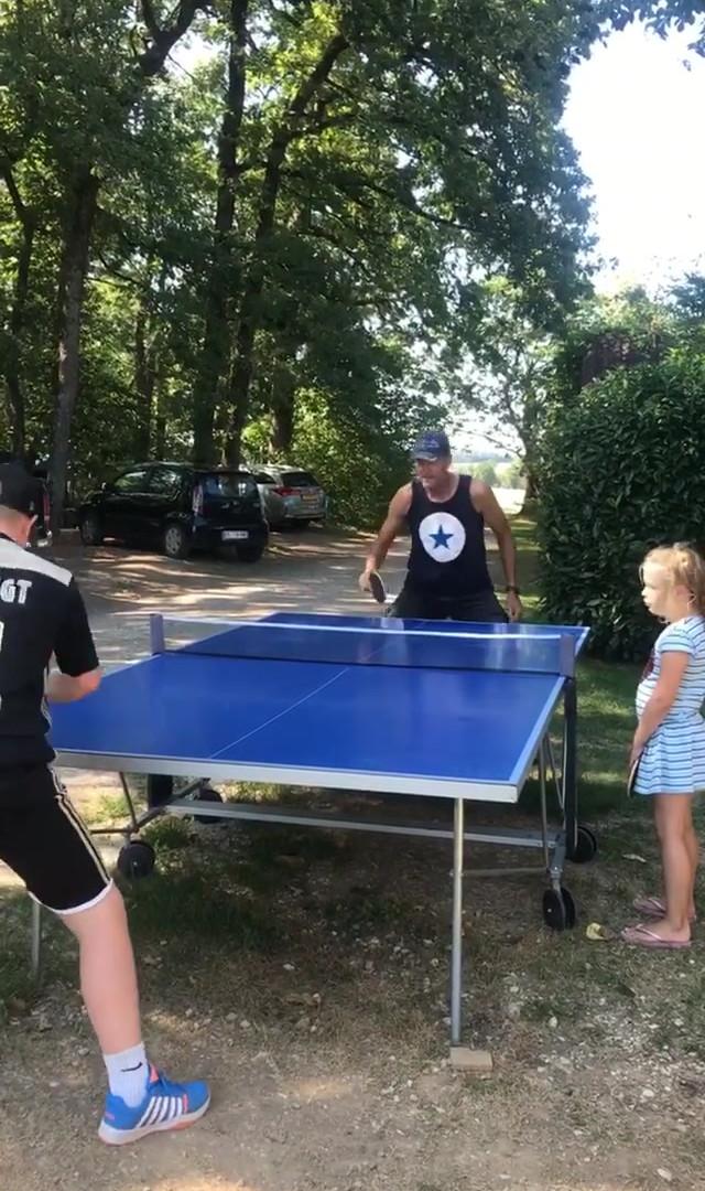jugar tenis de mesa en Les Cabanes de Rouffignac