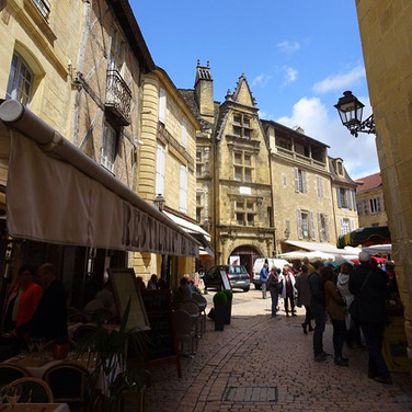 Sarlat ist eine wunderschöne mittelalterliche Stadt, etwa 45 Minuten von Les Cabanes.jpg entfernt
