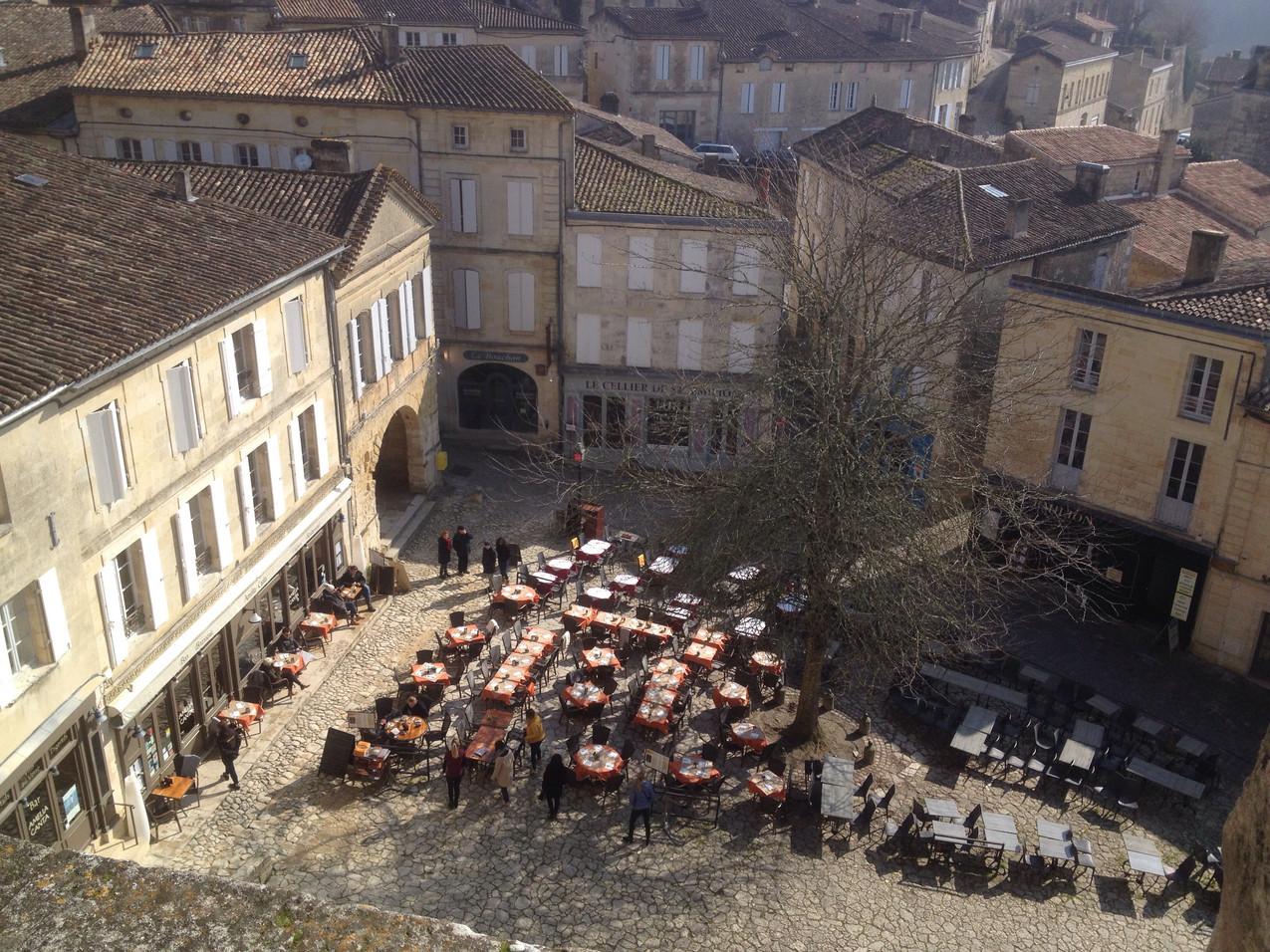 Een van de gezellige terrassen van Saint-Emillion.