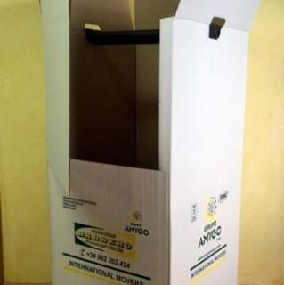 Caja para ropa de percha.