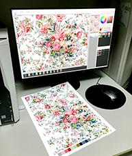 スキャンしてデータ化されたデザインは、リピートの繋がり(送り)を確認して、色調整を行います。最後に、レイヤーごとに色分けしたデジタルデータをクライアントに提供します。