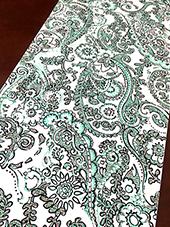 ペイズリー柄の様な線が細いデザインは、アウトラインを手描きしたものをスキャナーで取り込み、着色やサイズ調整など、レイアウトの再構成を行います。