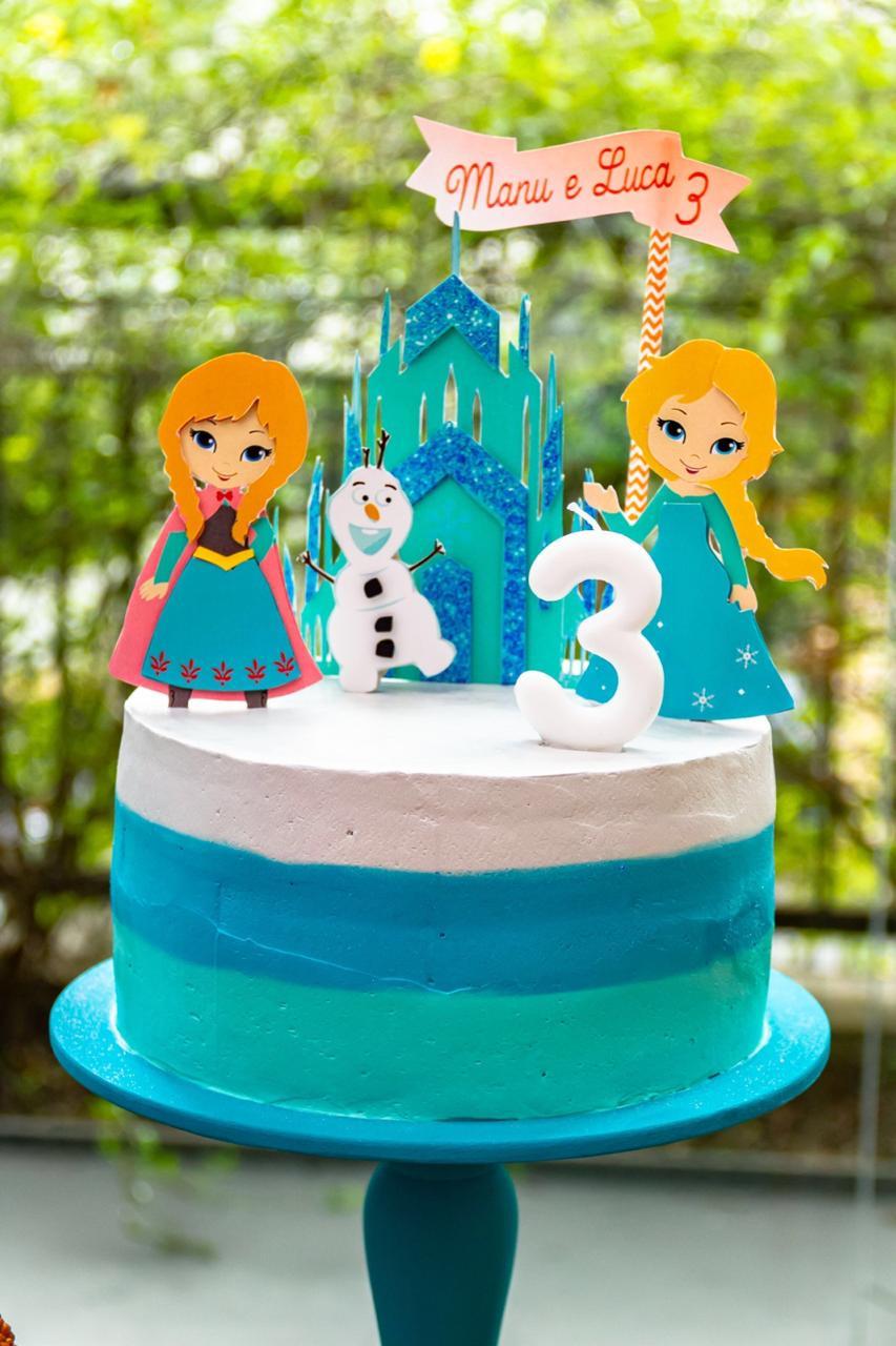 Decoração de festa infantil: dois temas - Frozen e Patrulha Canina. Detalhe de um dos bolos que compôs na decor.