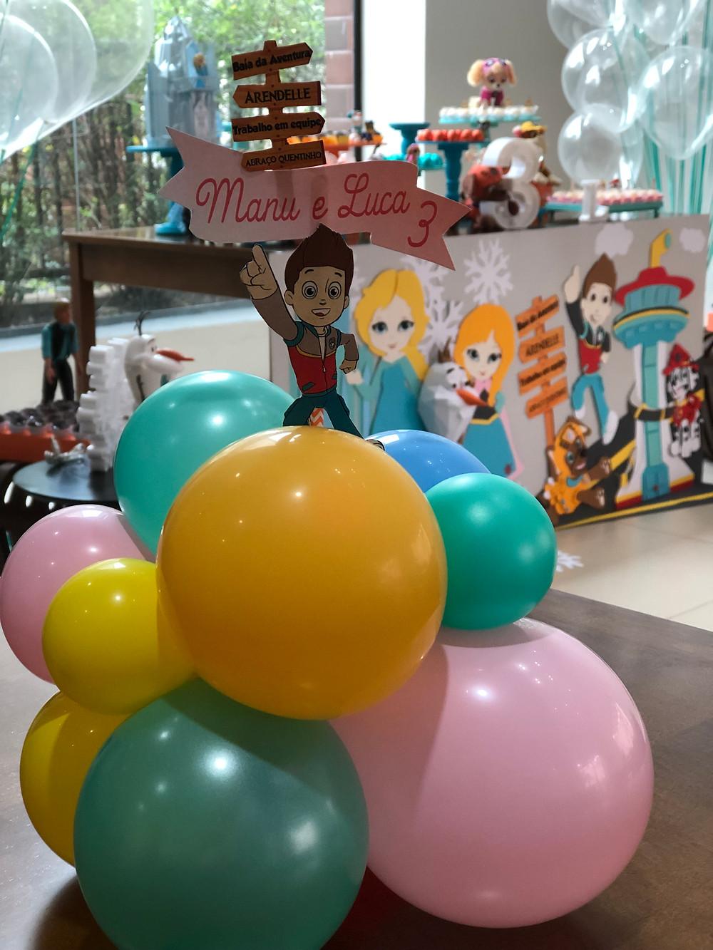 Os centros de mesa foram produzidos em mini balões nas cores da paleta da decoração da festa!