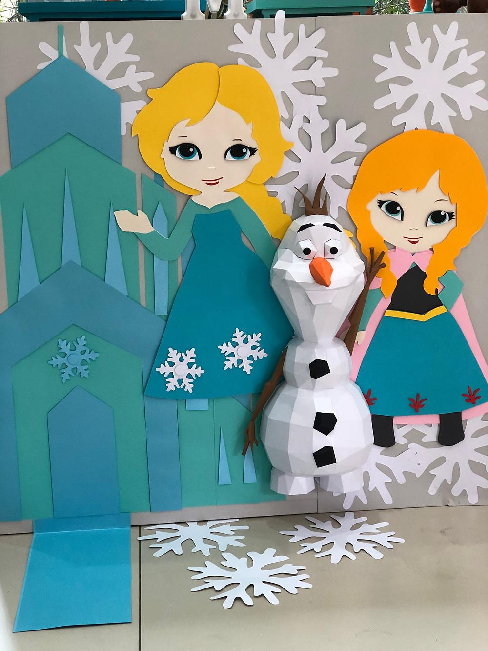 Frozen: os personagens: Elsa, Ana e Olaf, esse em papelaria 3D. Elemento: o castelo.