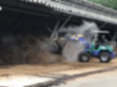 堆肥原料の混合作業