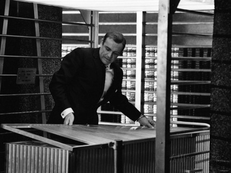sean-connery-as-james-bond-007-handcuffed-to-a-nuclear-bomb-in-the-vault-at-fort-knox