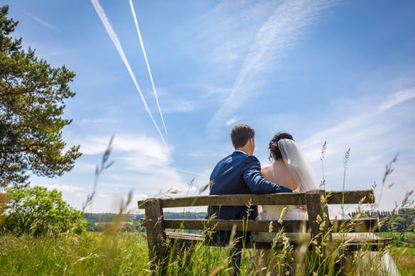 Brautpaar unter blauem Himmel Hochzeitsfotograf Ellwangen