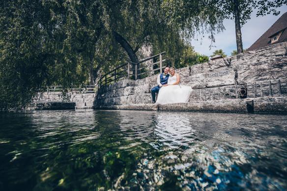 Brautpaar am Ufer Hochzeitsfotograf Schwäbisch Hall