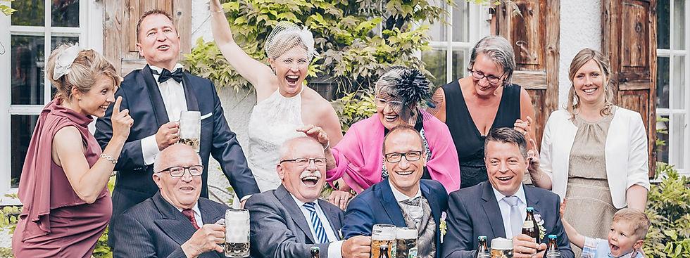 Lustiges Gruppenbild Hochzeit, Kreatives Gruppenbild Hochzeit, besonderes gruppenbild Hochzeit, kreatives Familienbild Hochzeit, besonderes Familienbild Hochzeit, Hochzeitsfotograf Crailsheim, Hochzeitsfotografie Crailsheim, Hochzeitsfotograf Schwäbisch Hall, Hochzeitsfotografie Schwäbisch Hall, Hochzeitsfotograf Dinkelsbühl, Hochzeitsfotografie Dinkelsbühl, Hochzeitsreportage, After Wedding Shooting, Hochzeitsfotograf Ellwangen, Hochzeitsfotografie Ellwangen, schlichtes Brautkleid, Braut mit Schleier, Heiraten in Aying, Günstiger Hochzeitsfotograf, Hochzeitsfotograf Aalen, Hochzeitsfotografie Kapfenburg, Hochzeitsfotografie Fachsenfeld, Hochzeitsfotograf Heidenheim, Hochzeitsfotograf Schwäbisch Gmünd, Hochzeitsfotograf Ansbach, Hochzeitsfotografie Dennenlohe, Hochzeitsfotograf Gunzenhausen, Hochzeitsfotografie Brombachsee, Hochzeitsfotograf Rothenburg, Hochzeitsfotografie Schillingsfürst, Hochzeitsfotograf Bad Mergentheim, Hochzeitsfotograf Gaildorf, Hochzeitsfotograf Schorndorf