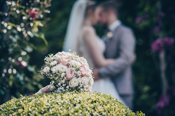 Brautstrauss im Rosengarten Hochzeitsfotograf Dinkelsbühl