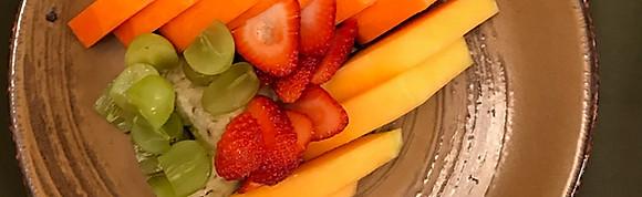 Fruta, yougurt y cereales.