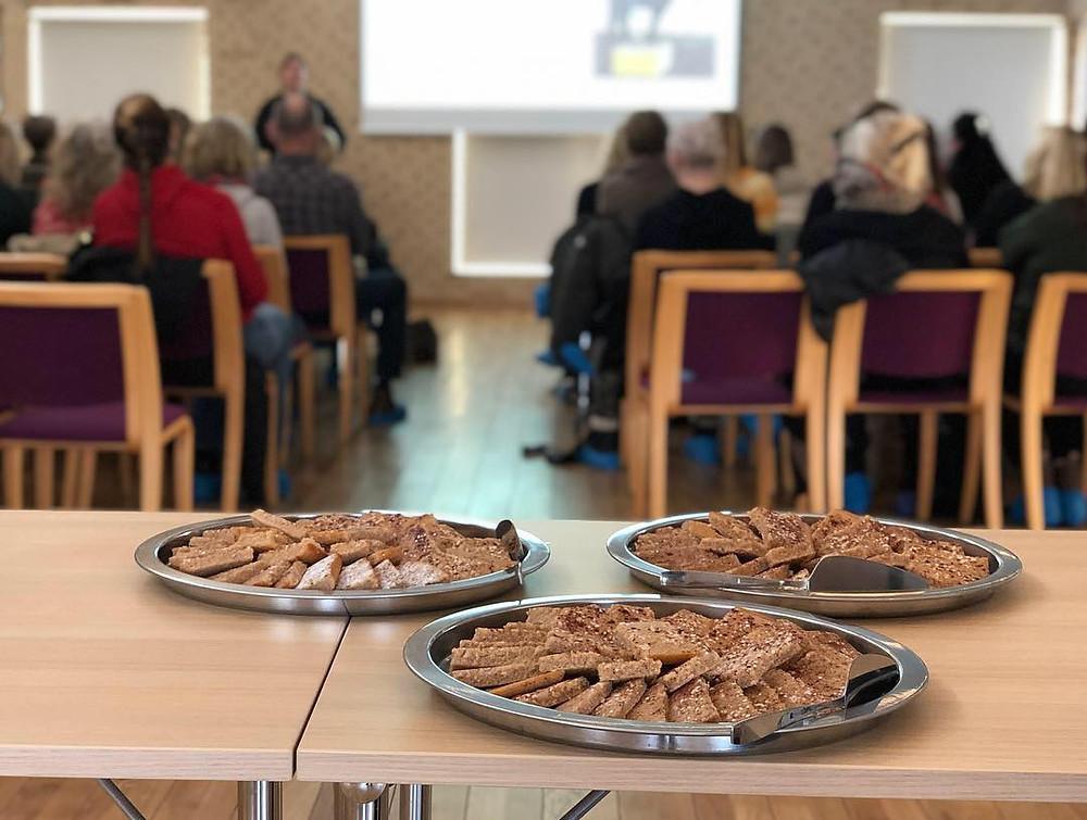 Elin Bössfall håller föreläsning, bild på fikat som var kanelbullekaka