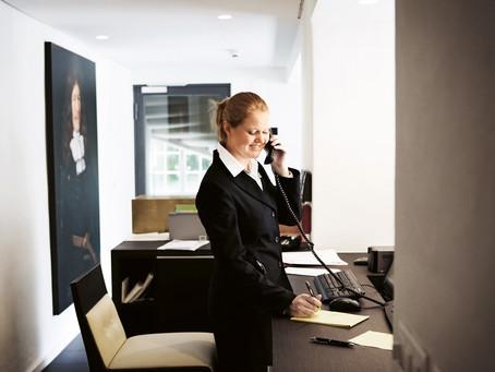 Virtuelle Assistenten entlasten Hotels. Doch wie geht das?
