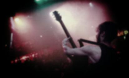 Hugo Watts en performance Live