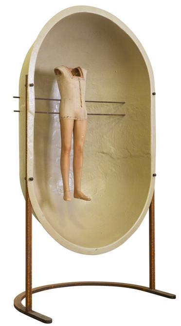 Assemblage van verschillende elementen: mannequin pop, polyesterkoepel en metaal