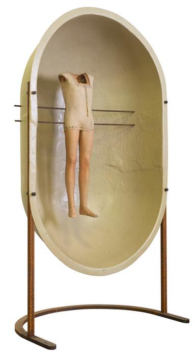 Alleen zweven •  Assemblage van verschillende elementen:mannequin pop, polyesterkoepel en metaal